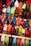 Chaussures à vendre, médina de Fès, Maroc
