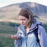 Junge weibliche Wanderer Kompass in der hand halten