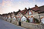 Extérieur de Seaside Cottages, au crépuscule, bière, Devon, Angleterre