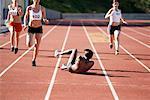Athlète chute en course d'athlétisme