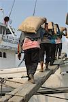 Gens de chargement des marchandises sur le bateau, Sunda Kelapa, nord de Jakarta, Jakarta, Java, Indonésie