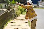 Femme séchant riz, Plateau de Dieng, Central Java, Java, Indonésie