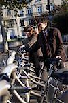 Menschen, die Vermietung von Fahrrädern, Paris, Frankreich