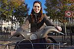 Femme, location de vélos, Paris, France