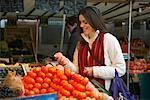 Femme au marché, Paris, France