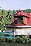 Seychelles, La Digue, maison coloniale et chariot de boeufs