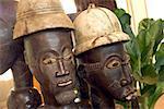 Au Sénégal, l'artisanat, des statues en bois