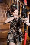 une femme à la mode, pratiquer le tir à l'arc