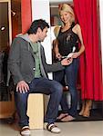 Couple à la recherche de vêtements par essayage