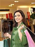 Femmes avec des sacs à provisions en magasin