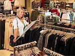 Shopping dans le magasin de vêtements pour les femmes