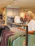 Faire du Shopping dans le magasin de vêtements de femme