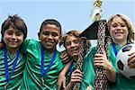 Équipe de football des garçons avec trophée