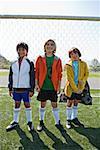 Jungen stehend mit Fußball-Tornetz