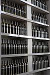 Bouteilles de vin sur l'étagère
