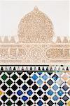 Sculpture mauresque et carrelage, Palais de l'Alhambra, Grenade, Andalousie.