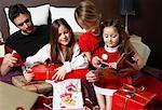 Famille ouvrant les cadeaux de Noël
