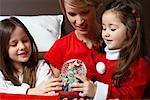 Mutter und Töchter Blick auf Weihnachten Schneekugel