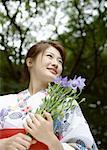 Femme portant un Yukata et fleurs