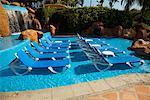 Chaises-longues à la piscine, Fairmont Rancho Banderas, Bahia de Banderas, Nayarit, Mexique