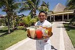 Portrait de garçon avec plateau de boissons, Mexique