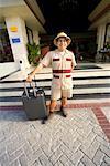 Portrait de service bagages devant l'hôtel, Riviera Maya, Mexique
