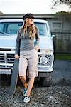 Portrait de Skateboarder s'appuyant sur le camion, Mill Valley, Marin County, Californie, Etats-Unis