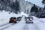 Trafic sur Snowy Mountain Road, Lake Tahoe, Californie, Etats-Unis