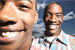 Portrait de jeunes garçons jumeaux.