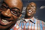 Portrait de jeunes garçons jumeaux, portant des lunettes.