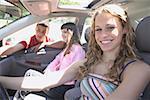 Adolescentes dans une voiture et leur ami.