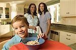 Grand-mère, mère et fils dans la cuisine.