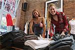 Jeunes femmes à la recherche par le biais de pantalons dans un magasin de vêtements.
