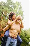 Jeune homme donnant petite amie une ride de ferroutage