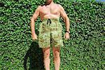 Homme posant comique en maillot