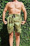 Homme en maillot flexing muscles