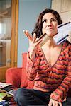 Femme jeter des cartes de crédit dans l'air