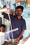 Homme verse le thé Chai, Inde