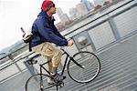Männliche Radfahrer Reiten über Brücke, in der Nähe von Portland, Oregon, USA