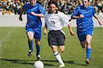 Fußball-Spieler dribbeln Vergangenheit Verteidiger