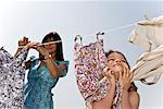 Mädchen reiben Kleidung auf Gesicht