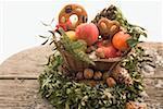 Pain d'épices, les fruits, les noix et les cônes dans le panier sur la Couronne de boîte