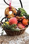 Pain d'épices, des fruits, des noix et des cônes dans un panier