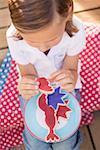 Petite fille avec un cookie partiellement mangés (4th juillet, USA)