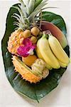 Fruits exotiques sur feuille de bananier