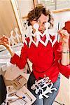Frau hält Zeile der Papierpuppen in home-office