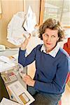 Frustrierten Frau halten Rechnungen im home-office