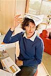 Frustrierten Frau Ausgleich von Rechnungen auf Kopf im home-office