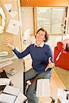 Femme frustrée, jetant les factures au bureau à domicile