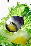 Einen Tropfen Öl auf ein Salatblatt Gießen